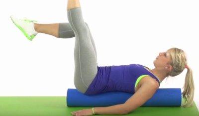 Beinstrecken Schritt 2 mit Pilates-Rolle
