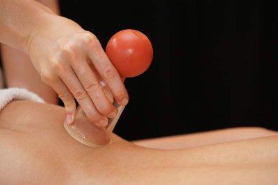 Als blutiges Schröpfen wird ein ausleitendes Verfahren der Naturheilkunde durch die Bildung eines Vakuums auf der Haut mit Blutaustritt bezeichnet.