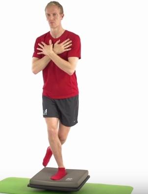 Sensomotorik-Training Airex-Balance-Pad Schritt2