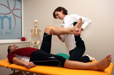 Die Therapie bezeichnet Maßnahmen zur Behandlung von Krankheiten und Verletzungen.